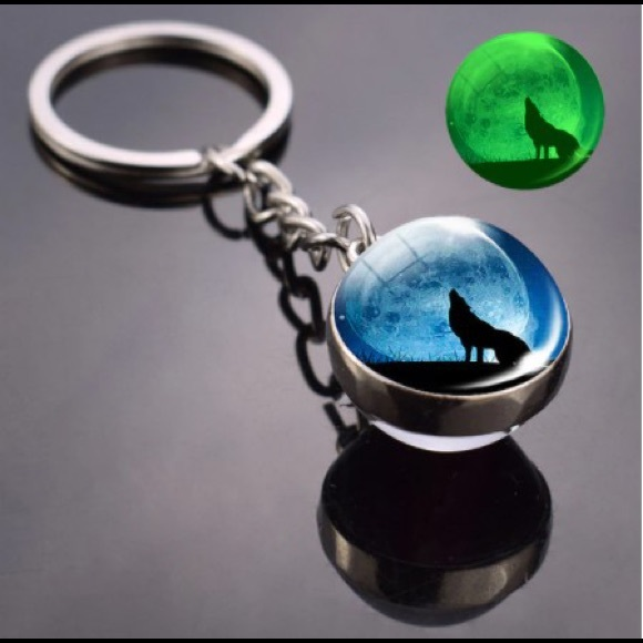 Wolf keychain glow in dark with light